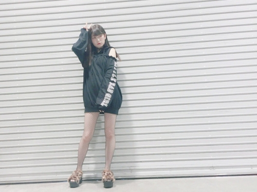 吉田朱里の美脚×網タイツセクシーショットに「エロいー!」「セクシー」の声 抜群スタイルに女性ファン急増中