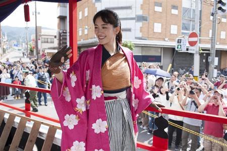 綾瀬はるか、会津まつりに『八重の桜』衣装で参加「すごく懐かしい」