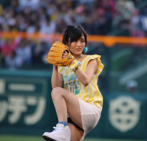 山本彩さん、始球式にてとんでもない瞬間を激写されるwww