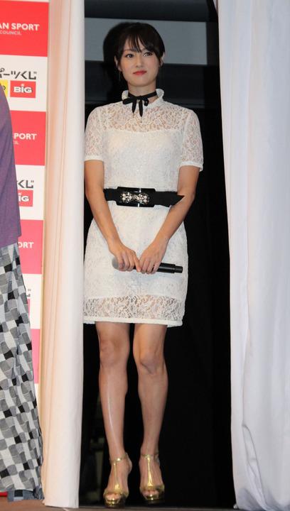 深田恭子:シースルーミニワンピ姿で美脚披露
