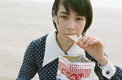 鎌倉の海でポテトチップをくわえる能年玲奈改め「のん」がかわいい!