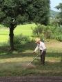 ゴルフクラブを草刈り機に持ち替えて。。。永瀬さん。