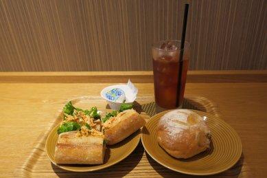 サンドイッチといちじくパン、アイス紅茶