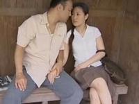 【ヘンリー塚本】田舎のバス停の待合室でいきなりSEXをやらかす中年不倫男女