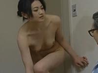 ヘンリー塚本 永井智美 旦那が会社に行くのを見送ったあとまんこを洗って義父のところにいきセックスする妻