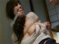 タオル猿ぐつわを噛まされた人妻がもがく程、股縄がアソコに食い込んでいく!