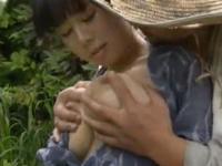 ヘンリー塚本 先だった嫁の連れ子と農作業をしながら畑でセックスをする親子