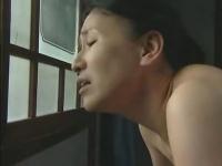 ヘンリー塚本 隣人のセックスに欲情する未亡人が介護と偽って訪問先の男とセックス