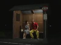 ヘンリー塚本 夜中のバス停で待ち合わせをしてその場でセックスを始める田舎の不倫カップル