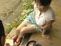 ヘンリー塚本 北原夏見 田舎の欲求不満の奥さんが郵便局のおやじを逆ナンして昼間からセックス
