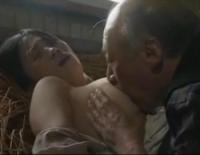 【ヘンリー塚本】納屋の屋根裏で70過ぎの義父と濃厚セックスを堪能する爆乳嫁