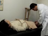 ヘンリー塚本 痴女が診察してくれた医者に手紙を渡して誘惑し診察室でセックスを始める