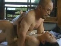 ヘンリー塚本 自分の母親と友だちの父親が一心不乱にセックスしてるところを目撃してしまう