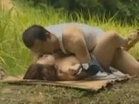 ヘンリー塚本 セックスの好きな農家の夫婦が畑仕事の合間にお外でセックス。巨乳好きの旦那が乳首を吸いまくる