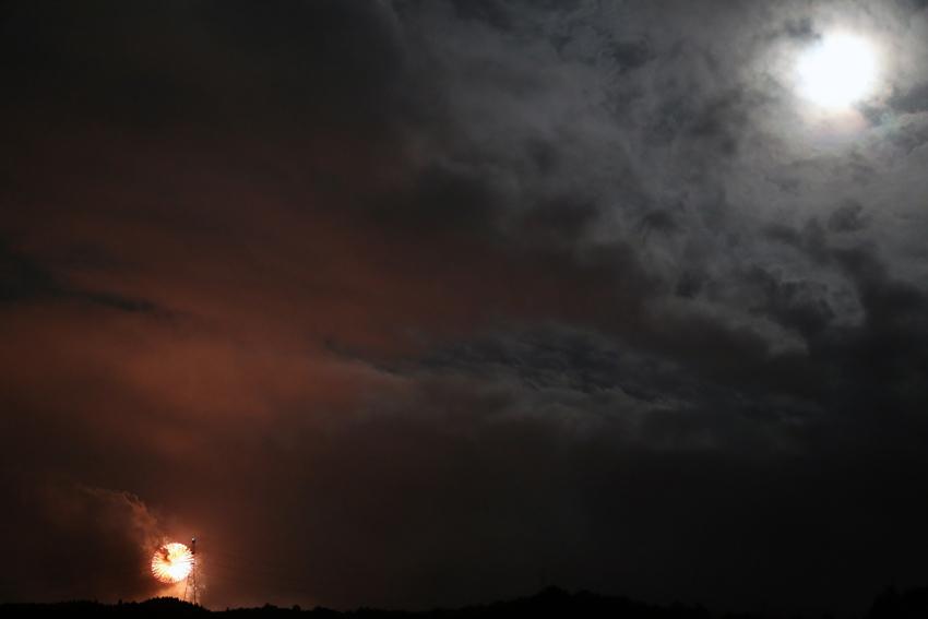 20160816川崎花火と月