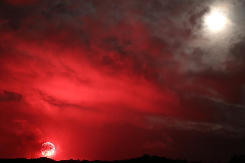 20160816川崎花火と月2