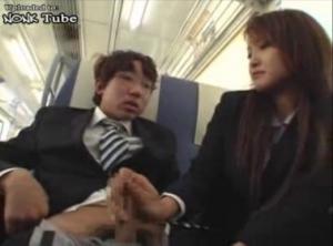 電車にて、素人女性の無料ギャル動画。 電車に座っていたら目の前のJ○が着替えだしてシゴき上げにリーマン呆然・・