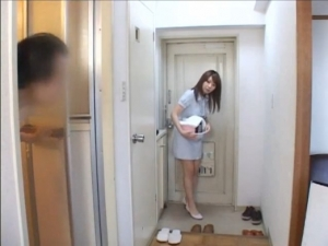 自宅にて、素人女性の無料主観動画。 自宅に出張エロサービスがやってきた