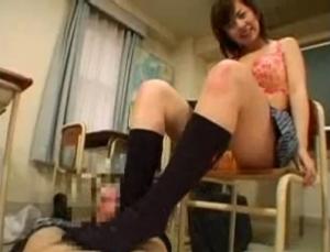 制服の素人女性の足コキ無料hamedori動画。 派手な下着身につけた制服の足コキ