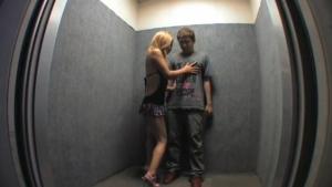 ギャルの露出無料ハメ撮り動画。 露出痴女ギャルがエレベーターで男を待ち伏せ!
