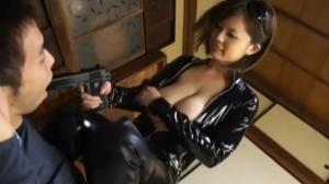 キャットスーツの素人女性の無料エロハメ撮り動画。 脅して男を襲うキャットスーツの女