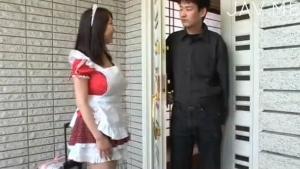 巨乳のメイドのM男無料主観動画。 巨乳メイドが玄関先でM男を挟み込む