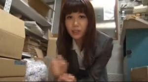 倉庫にて、同僚のM男無料gal動画。 同僚のM男を会社の倉庫でバレないように手コキでイかす変態女