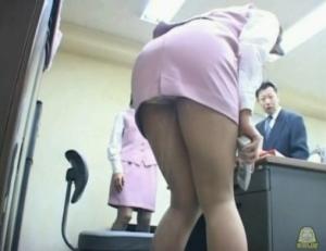 OLのお漏らし無料主観動画。 美人OLが同僚たちの前でまさかのお漏らし・・・