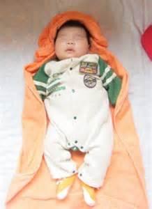 足を開いた赤ちゃん