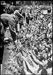 ヒトラーに握手を求める