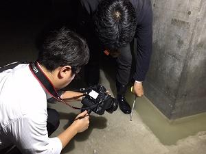 12水産仲卸売場棟地下ピットにたまった水の深さを測るrs