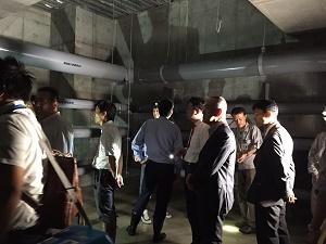 13水産仲卸売場棟地下ピットの説明を受けるrs