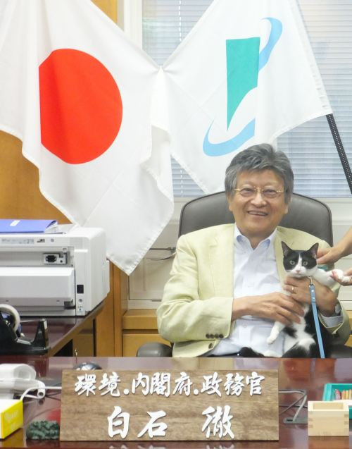 環境大臣政務官 白石徹先生の机 猫ジャンヌ 500