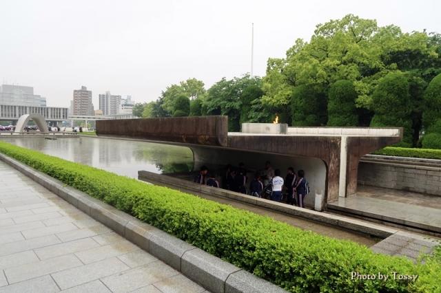 平和の火 池 慰霊碑