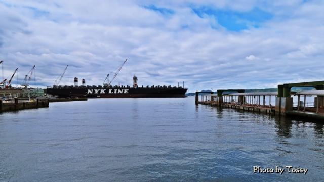 桟橋と大きな船