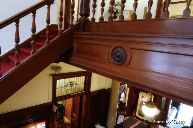 階段から階下を見る