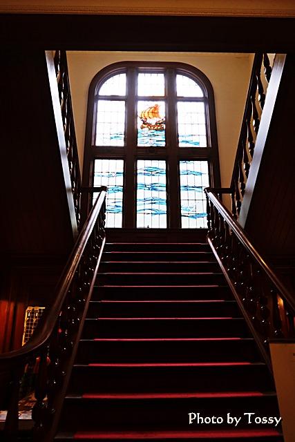 ステンドグラスと正面階段