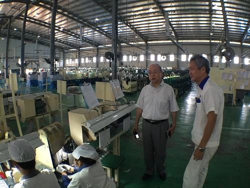 カンボジア工場にて。