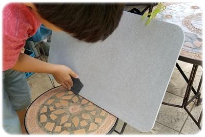 珪藻土バスマットにやすりをかける