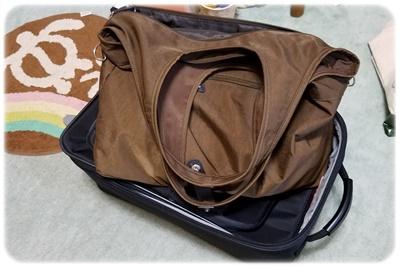 片付け前のスーツケースとバッグ