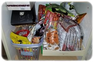 お菓子を詰め込んだ棚