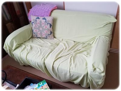 片付け前のソファ