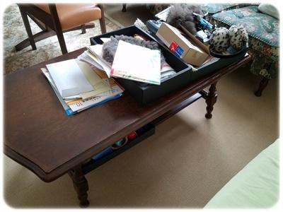 散らかったサイドテーブル