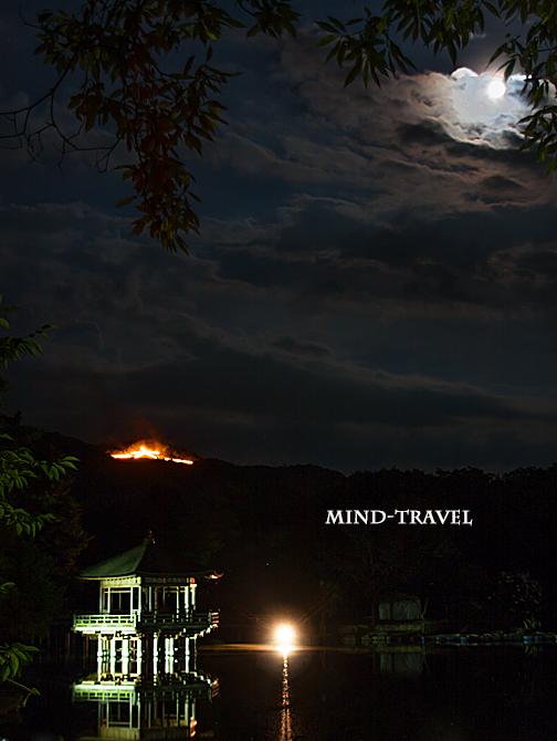 浮見堂 送り火と月