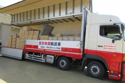 トラックに積まれた救援物資