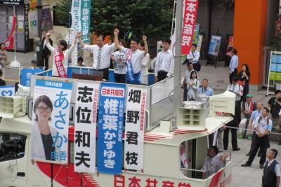 相模大野駅前、志位委員長と椎葉さんと。