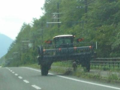 巨大農作業車が行く