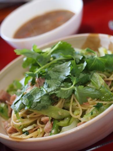カレースープと三つ葉のペペロンチーノ