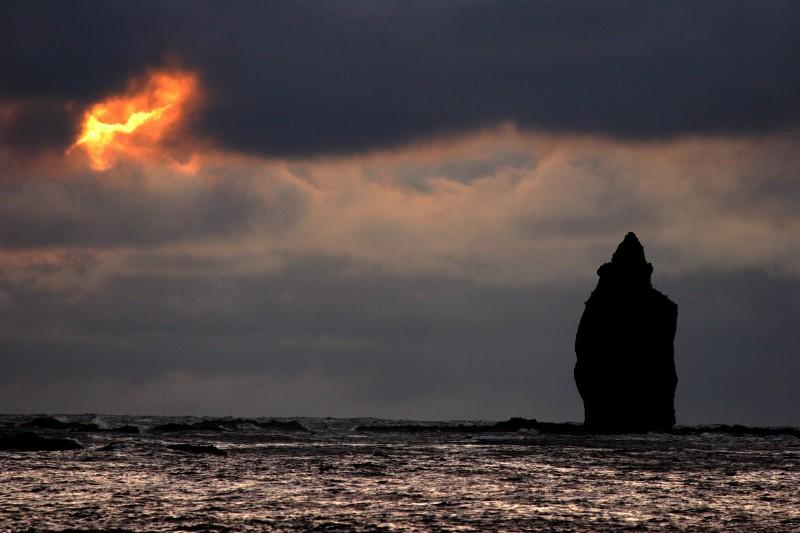 神威岩を照らす
