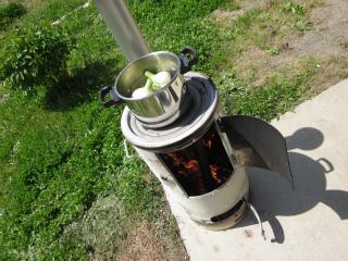 コンソメスープの鍋の中へ。